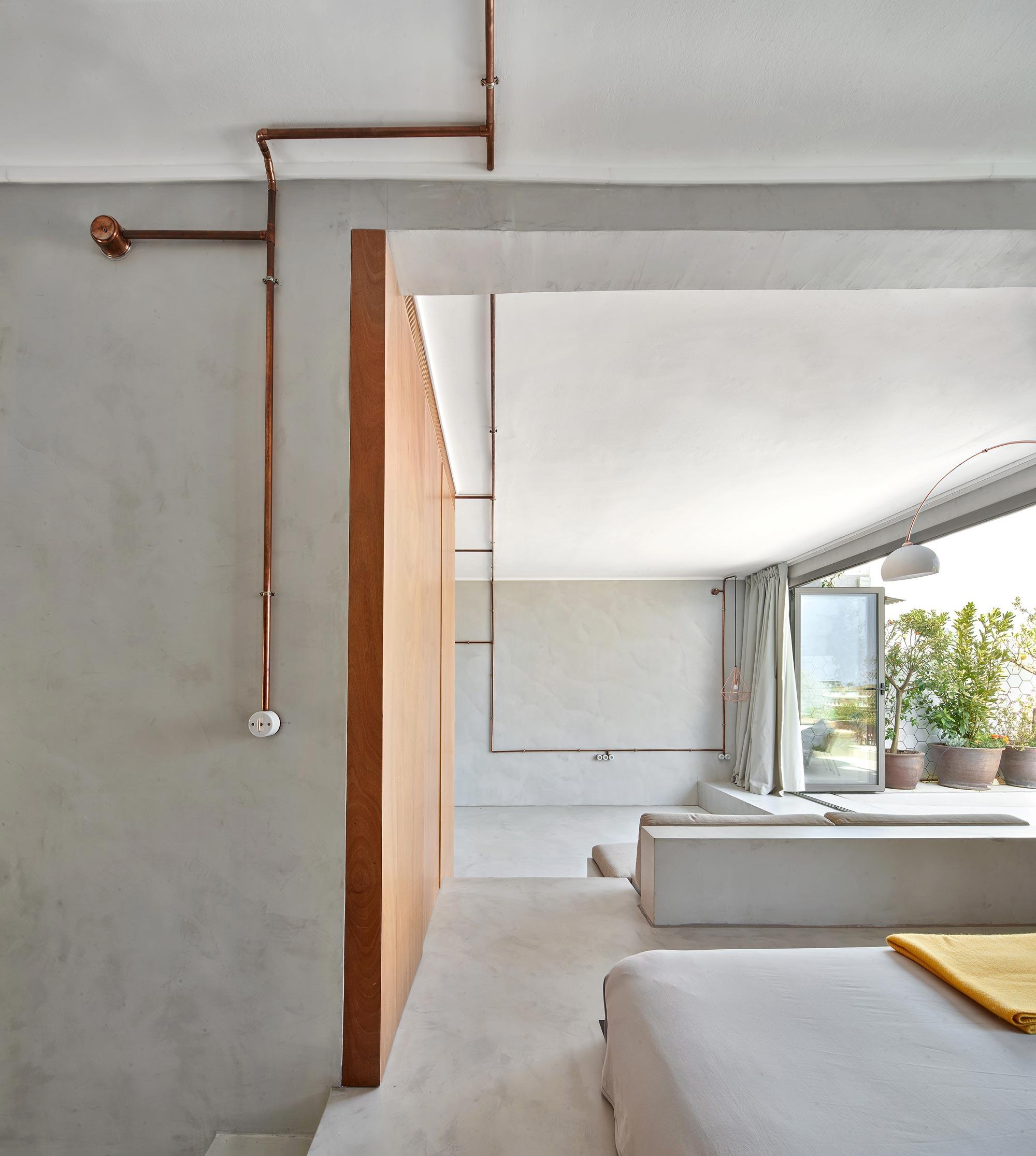 Ático moderno en Barcelona con estar abierta a terraza luminosa