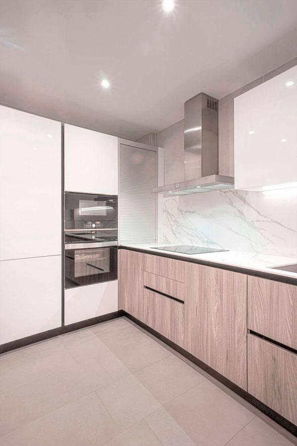 Diseño interior de cocina TC-Interios con muebles acabado madera y encimera calacatta