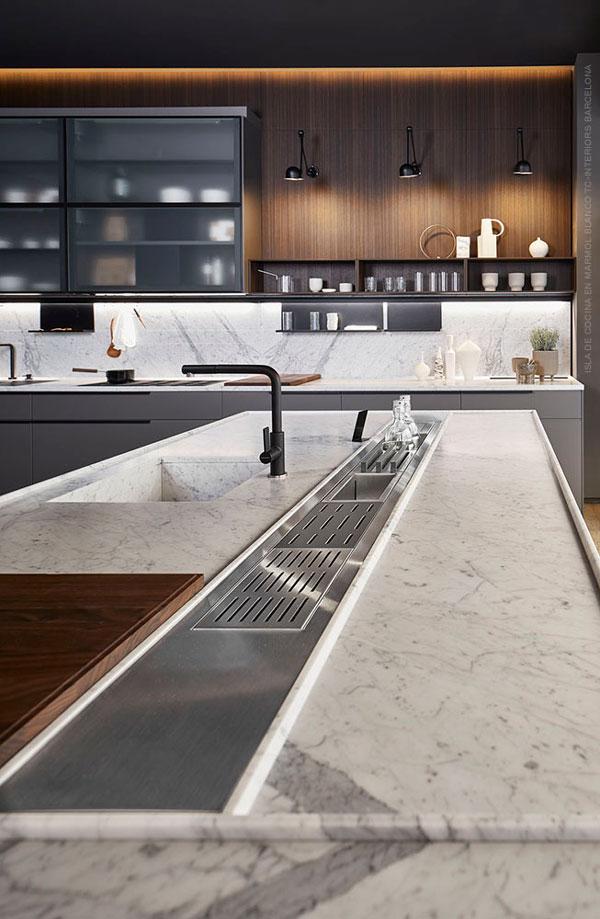 Isla de cocina con marmol balnco de carrara y escurreplatos de acero inoxidable combinada con muebles y grifería lacados gris