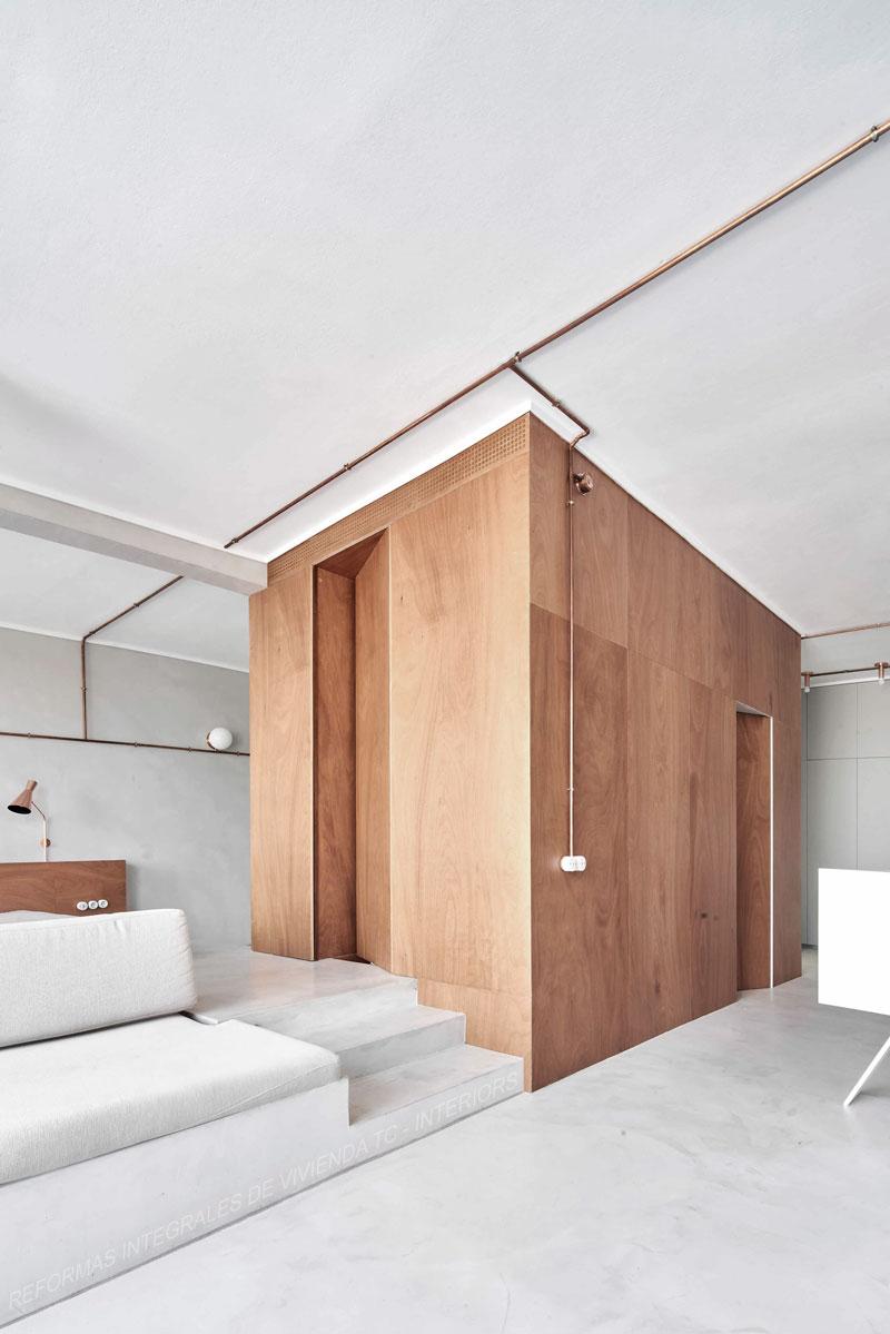 Reforma integral de vivienda con suelos y paredes de microcemento y madera de TC-Interiors