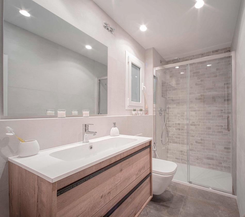 Reforma de baño con renovación de fontaneria, inodoro, griferias, mueble de baño y espejo por TC-Interiors